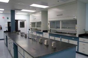 Bàn thí nghiệm phòng kiểm tra chất lượng công ty dược phẩm