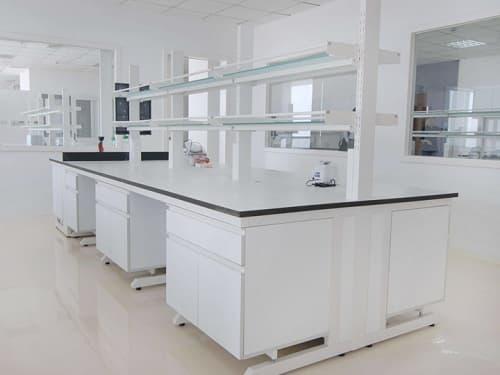 Sử dụng ổ cắm của bàn thí nghiệm trung tâm hợp lý và an toàn